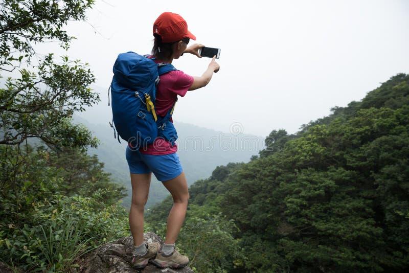 Vrouw die in Forest Taking een Selfie wandelen stock foto