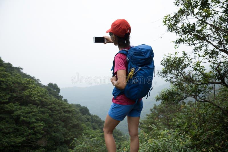 Vrouw die in Forest Taking een Selfie wandelen royalty-vrije stock fotografie