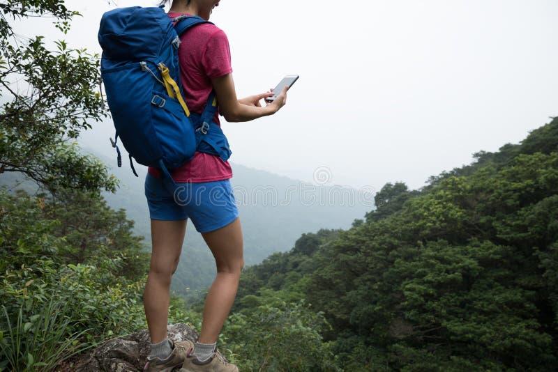 Vrouw die in Forest Taking een Selfie wandelen stock foto's