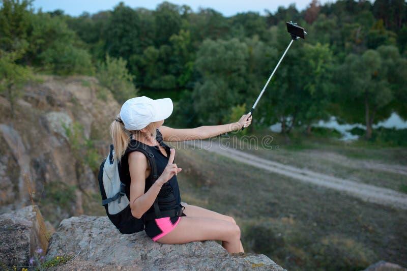 Vrouw die foto nemen die een mobiele telefoon met behulp van tijdens trekking wo royalty-vrije stock afbeelding