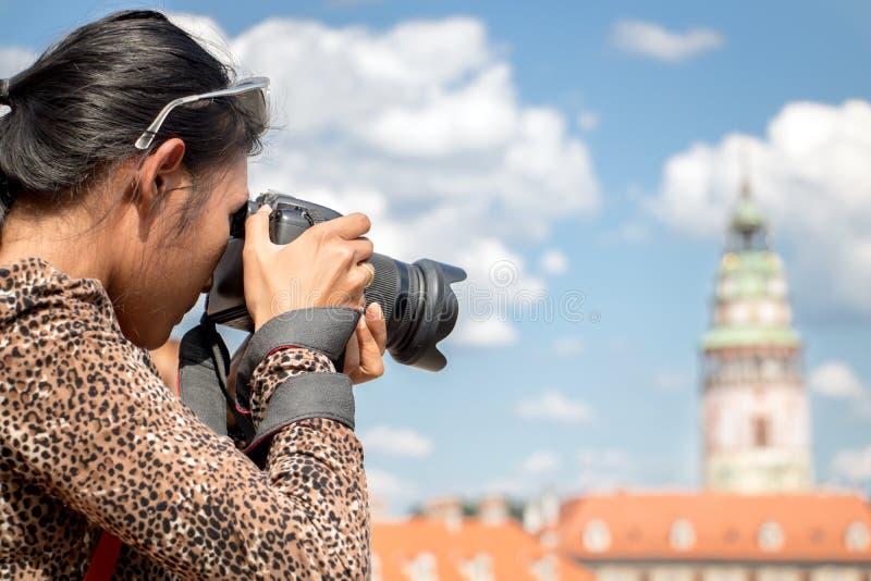 Vrouw die foto's neemt stock afbeeldingen
