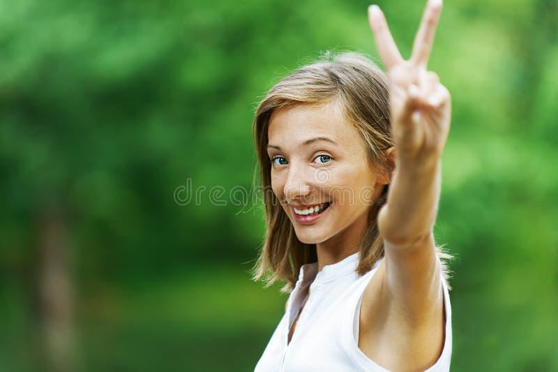 Vrouw die gebaar dat toont royalty-vrije stock foto