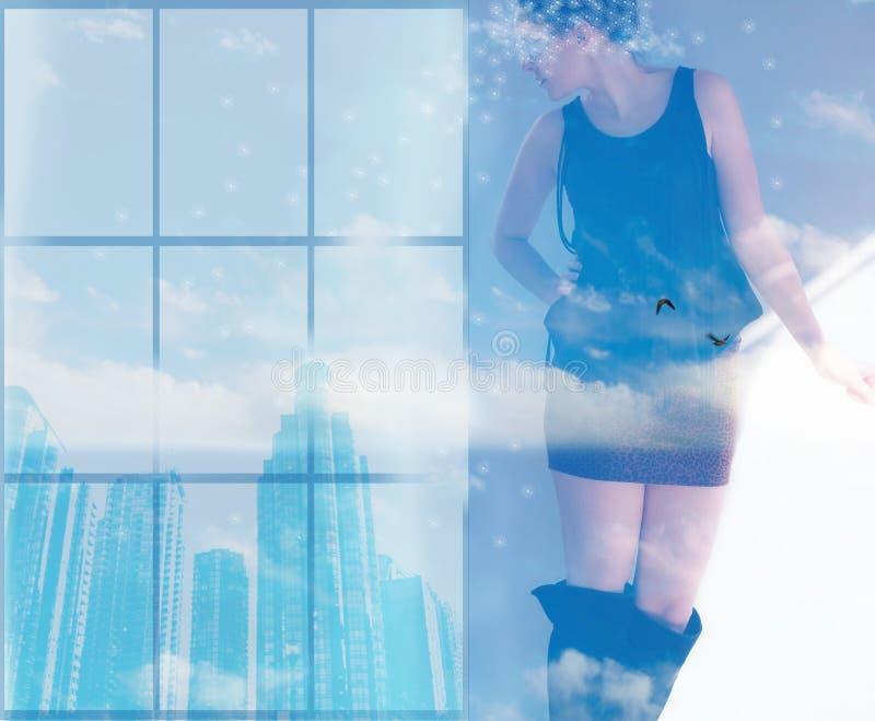 Vrouw die gebouwen van het venster kijken waar zij de wolken ingaan royalty-vrije stock foto's