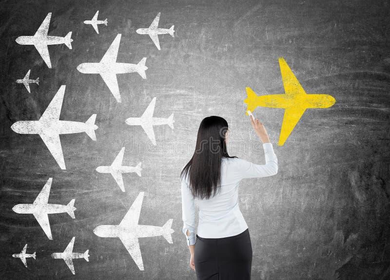 Vrouw die geel vliegtuig trekken stock afbeeldingen
