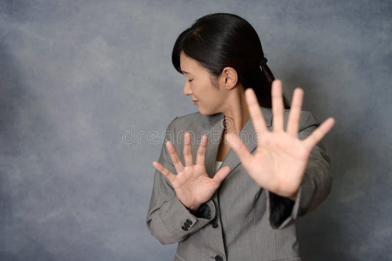 Vrouw die geen foto's zeggen royalty-vrije stock foto