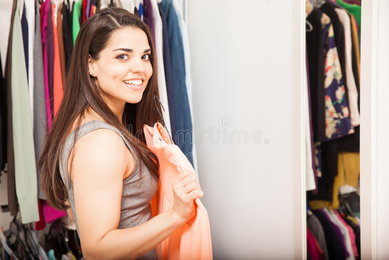 Vrouw die gekleed voor een spiegel worden royalty-vrije stock afbeeldingen