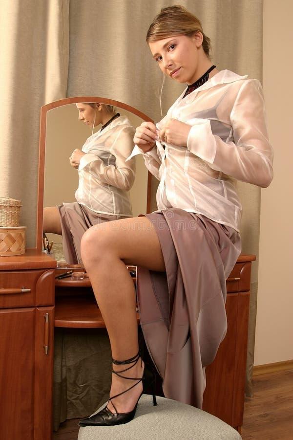 Vrouw die gekleed wordt royalty-vrije stock afbeelding