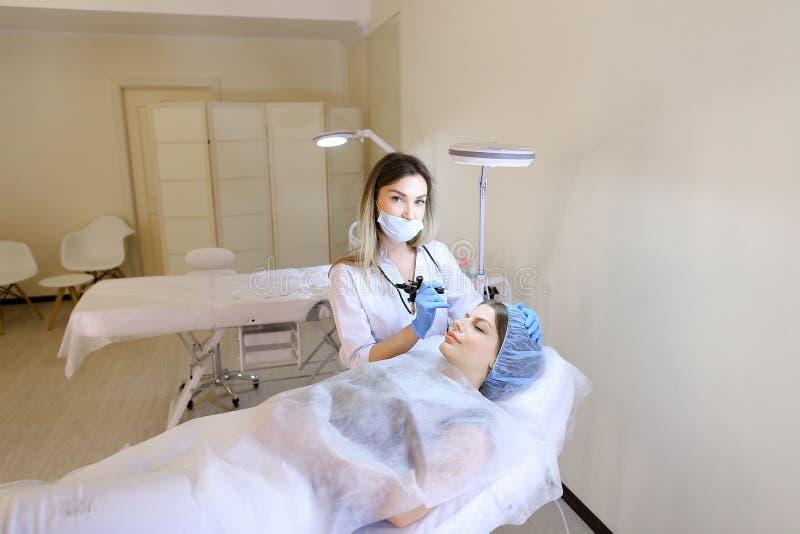 Download Vrouw Die Gekwalificeerde Permanente Make-upprocedure Krijgen Door Cosmetologist Stock Afbeelding - Afbeelding bestaande uit wenkbrauwen, geneeskunde: 114226755