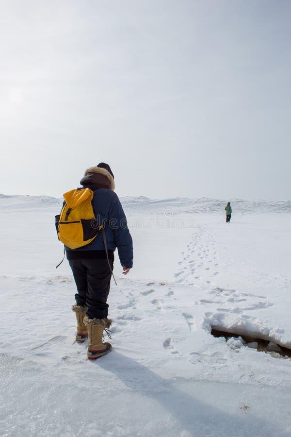 Vrouw die gele rugzak wandeling dragen stock foto's