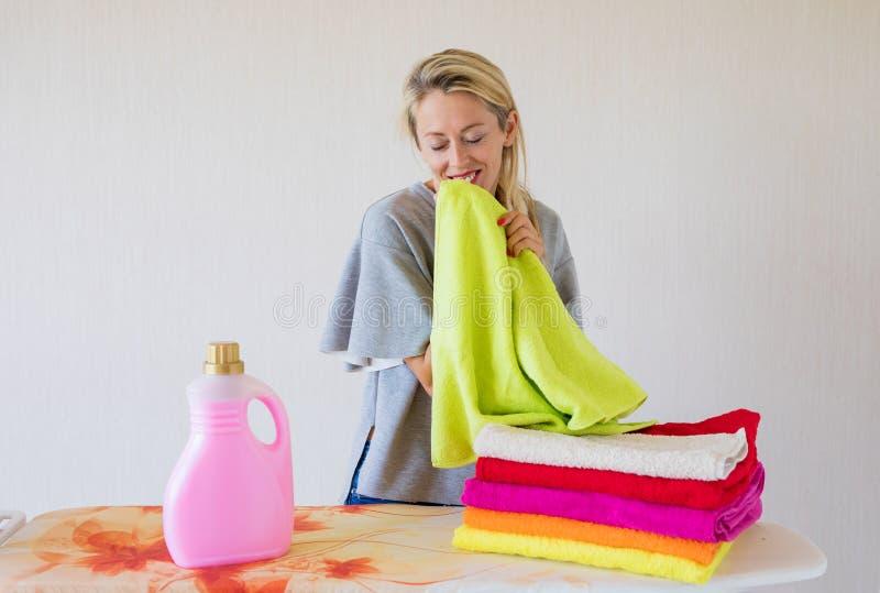 Vrouw die gelukkig over zachte verse wasserij voelen royalty-vrije stock afbeeldingen