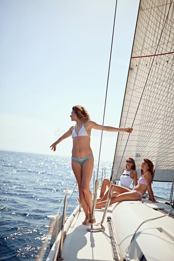 Vrouw die gelukkige tijd op zee doorbrengen aan een jacht Luxevakantie op een overzeese boot stock fotografie