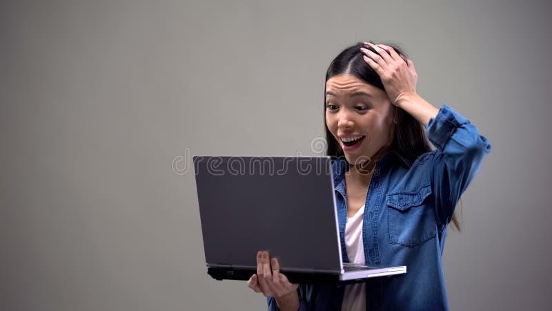 Vrouw die genoegenschok voelen, die e-mail over overwinning in loterij, geluk lezen royalty-vrije stock foto