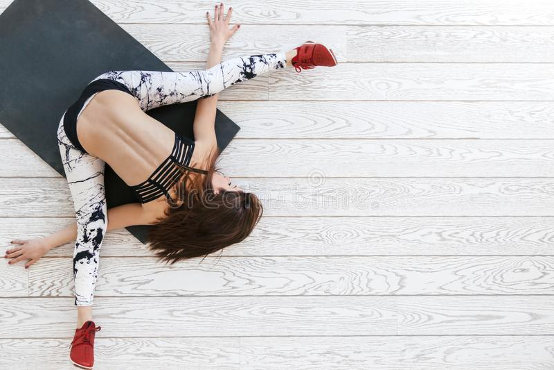 Vrouw die geschikte oefening op witte bevloering doen royalty-vrije stock afbeelding