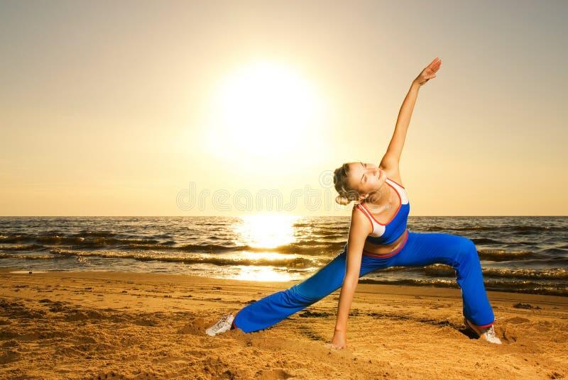 Vrouw die geschiktheidsoefening doet stock foto