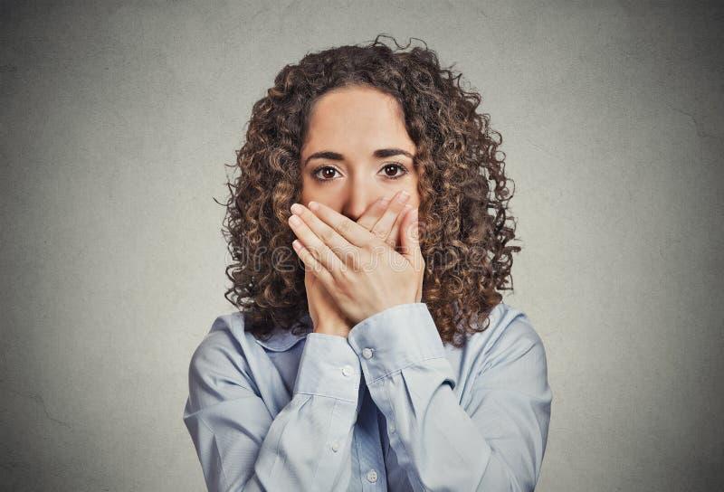 Vrouw die gesloten mond behandelen met handen Spreek geen Kwaad stock fotografie
