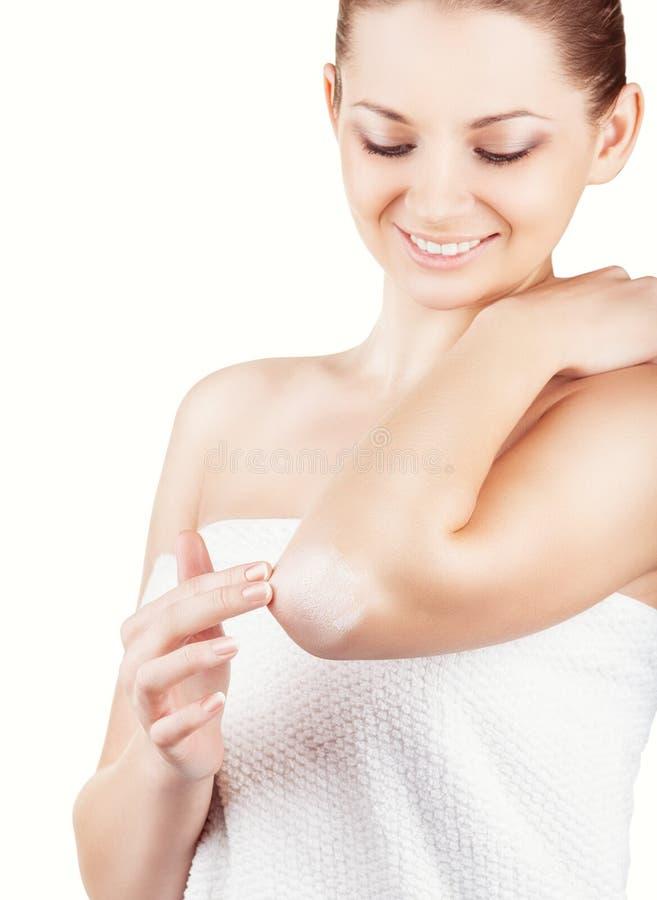 Vrouw die gezichts reinigend stootkussen gebruiken stock foto