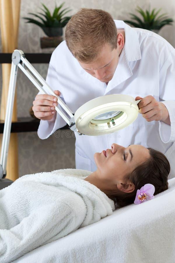 Vrouw die gezichtsbehandeling heeft royalty-vrije stock afbeelding