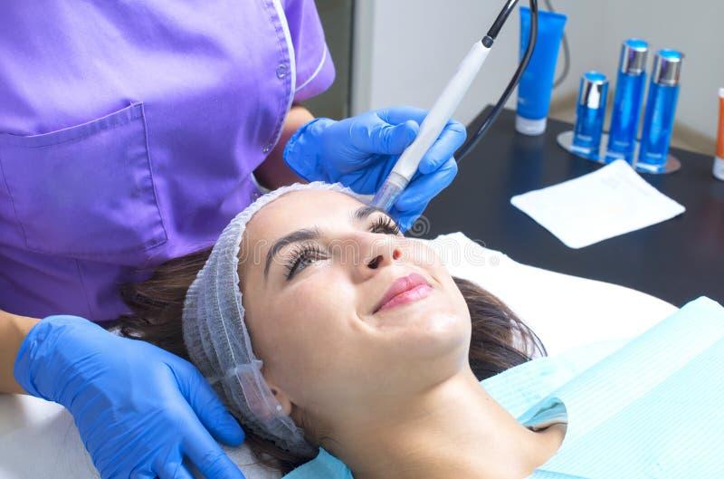 Vrouw die gezichtsbehandeling in schoonheidssalon hebben royalty-vrije stock afbeelding