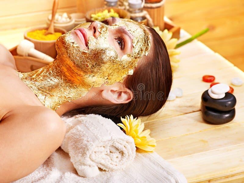 Vrouw die gezichtsmasker krijgt. royalty-vrije stock afbeelding