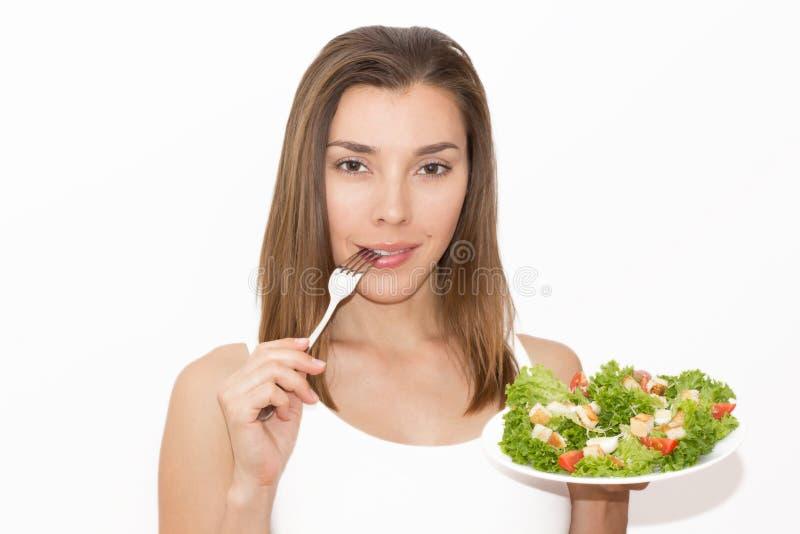 Vrouw die gezond voedsel, Caesar-salade eten stock foto's