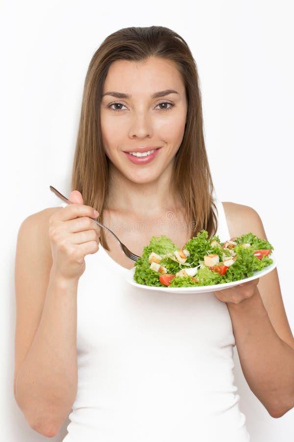 Vrouw die gezond voedsel, Caesar-salade eten stock afbeeldingen
