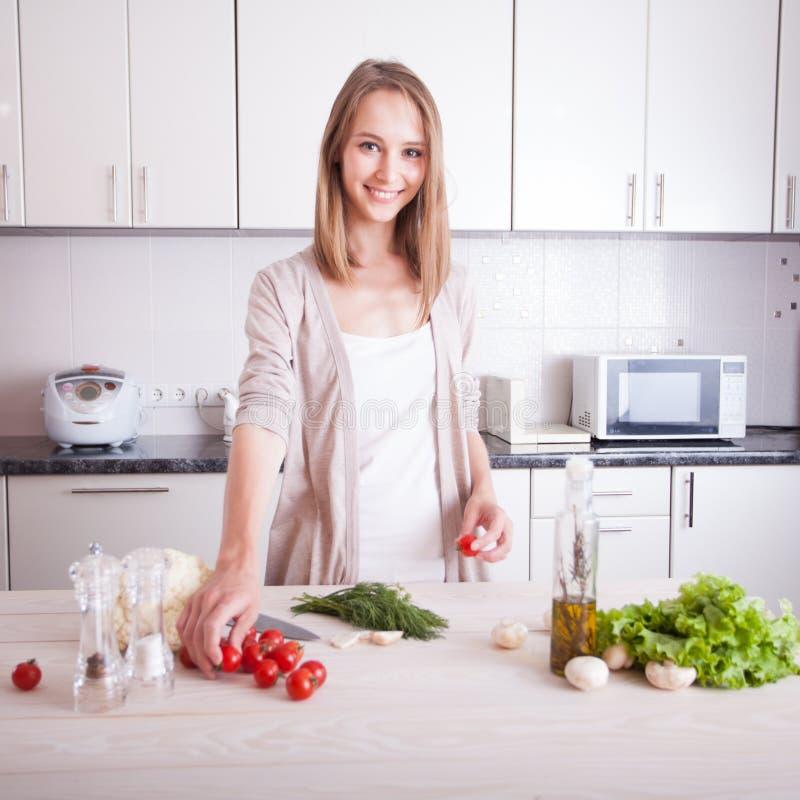 Vrouw die gezond voedsel maken stock fotografie