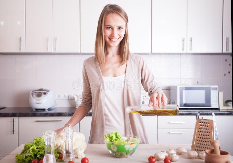Vrouw die gezond voedsel maken stock afbeeldingen