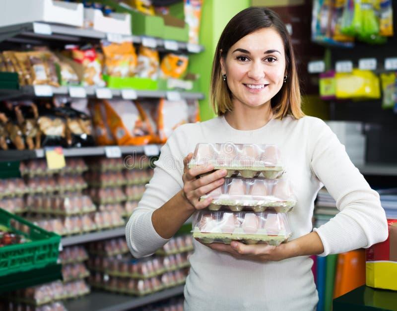 Vrouw die gezonde eieren in supermarkt kiezen royalty-vrije stock afbeelding