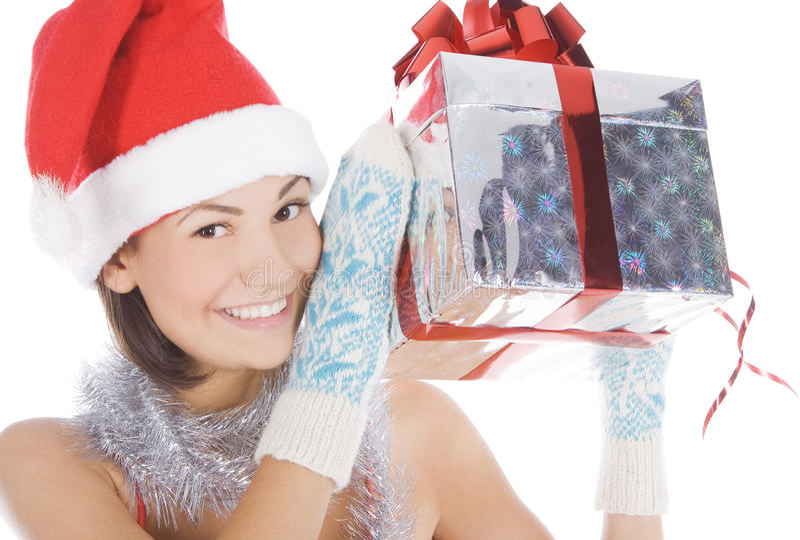 Vrouw die gift toont die de hoed van de Kerstman draagt. royalty-vrije stock afbeelding