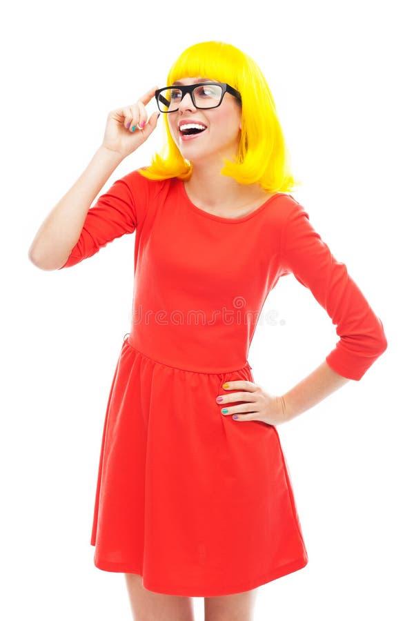 Vrouw Die Glazen En Gele Pruik Dragen Stock Foto