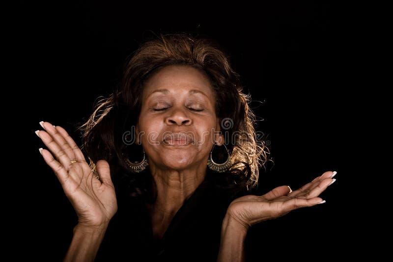 Vrouw die God prijst stock fotografie