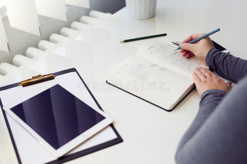 Vrouw die grafische schets in bureau schetsen royalty-vrije stock fotografie