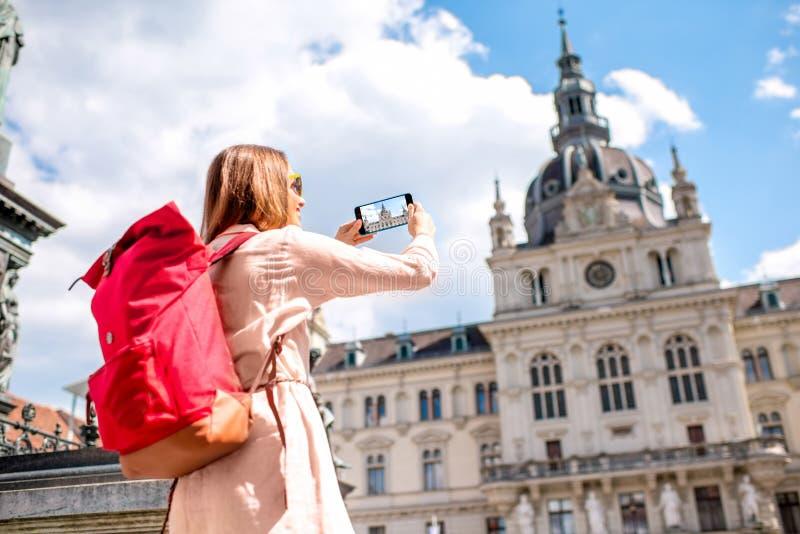 Vrouw die in Graz, Oostenrijk reizen royalty-vrije stock afbeeldingen
