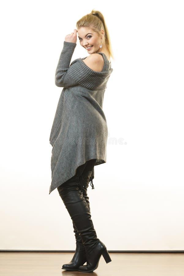 Vrouw die grijze lange hoogste sweateruniformjas dragen stock afbeelding