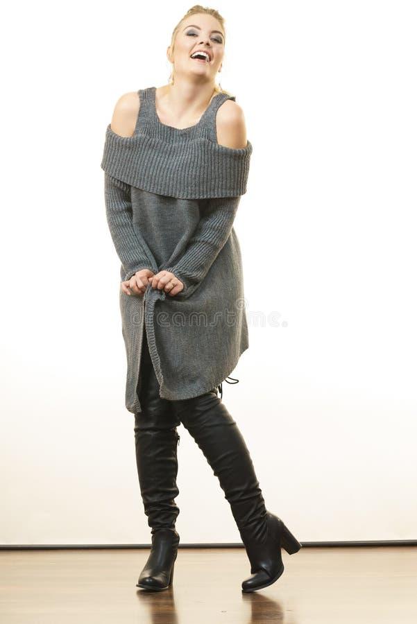 Vrouw die grijze lange hoogste sweateruniformjas dragen royalty-vrije stock afbeelding