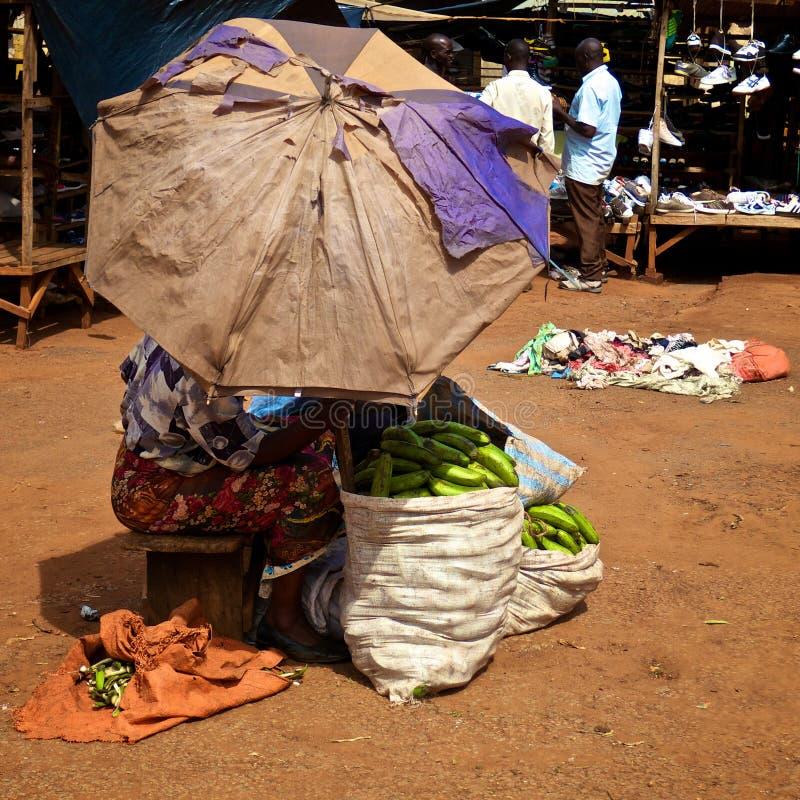 Vrouw die groene bananen in Oeganda verkopen stock afbeelding