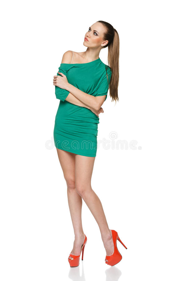 Vrouw die in groene kleding omhoog kijken royalty-vrije stock foto