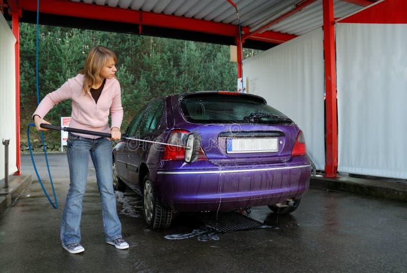 Vrouw die haar auto wast stock fotografie