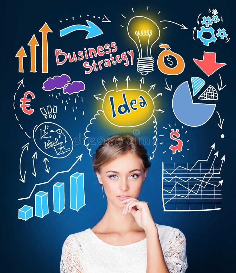 Vrouw die haar bedrijfsstrategie en opstarten plannen Jonge onderneemster met infographics en lightbulb stock illustratie