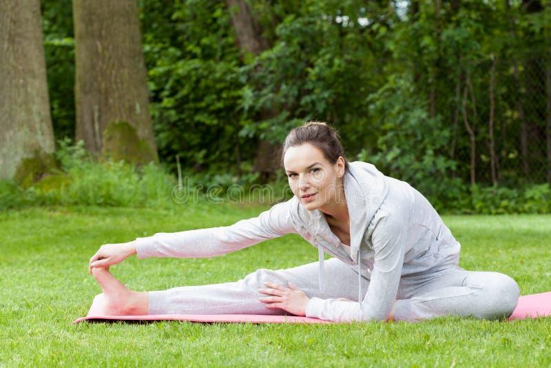 Vrouw die haar benen uitrekt stock foto