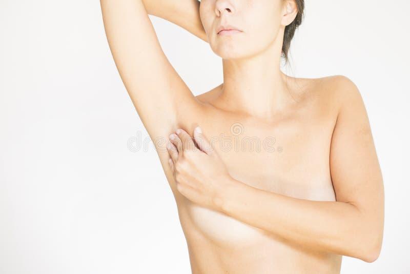 Vrouw die haar borst voor kanker testen stock foto's