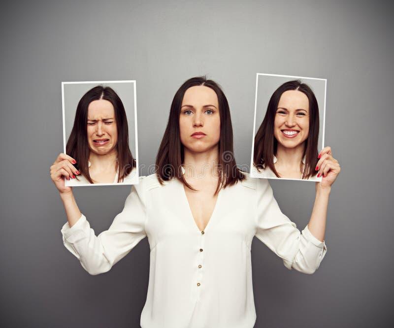 Vrouw die haar emoties verbergen stock afbeelding