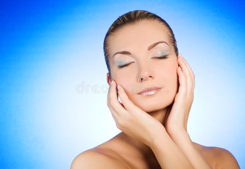 Vrouw die haar gezicht masseert royalty-vrije stock fotografie