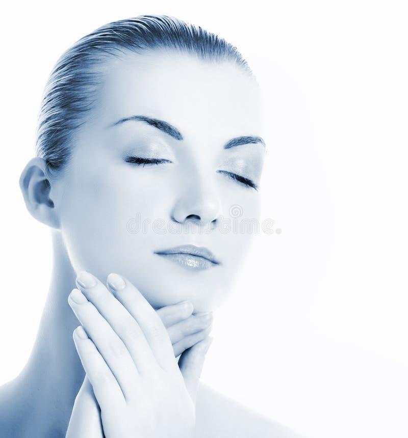 Vrouw die haar gezicht masseert royalty-vrije stock foto's