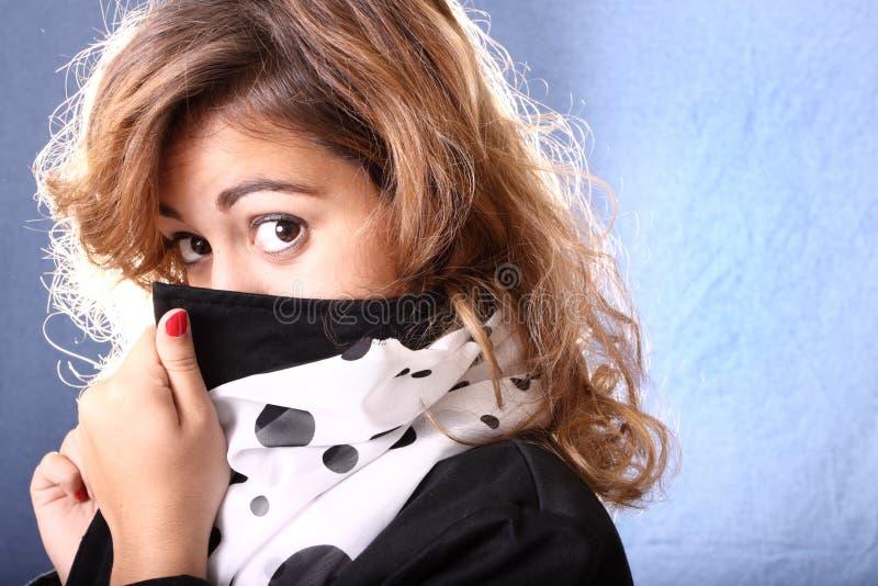 Vrouw die haar gezicht verbergt stock fotografie
