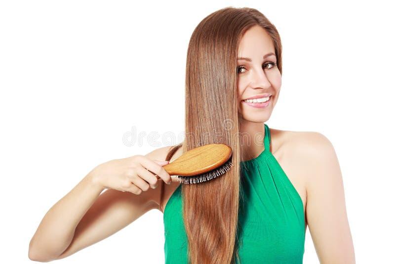 Vrouw die haar haar borstelt stock fotografie