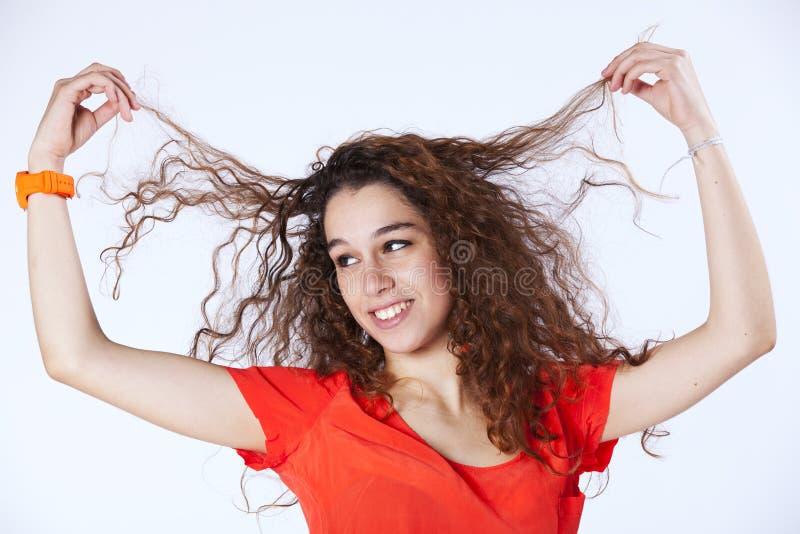 Vrouw die haar haar in de lucht houdt stock foto's