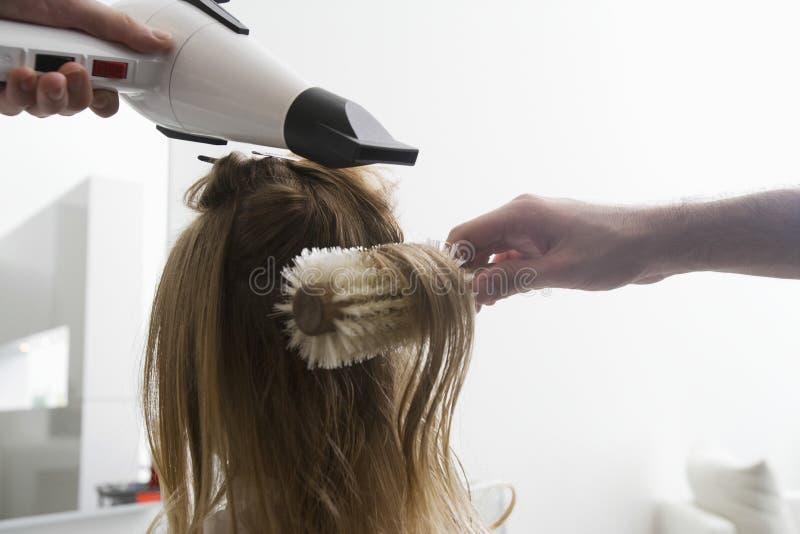 Vrouw die Haar Haar krijgen bij Salon Droog royalty-vrije stock foto