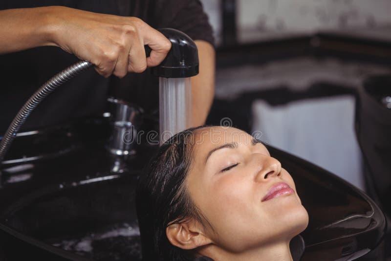 Vrouw die haar haarwas krijgen royalty-vrije stock afbeeldingen