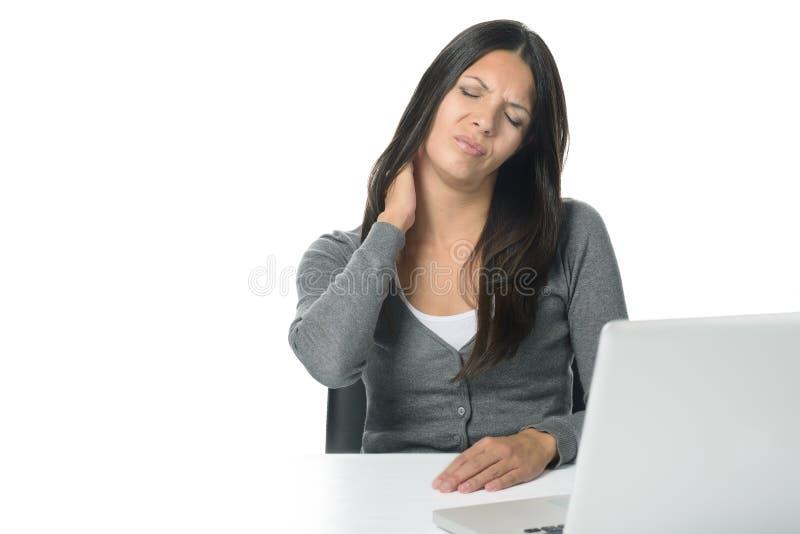 Vrouw die haar hals wrijven om stijfheid te verlichten stock afbeelding